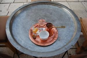Menyra-tipike-e-servirjes-se-kafese-ne-Sarajeven-e-vjeter